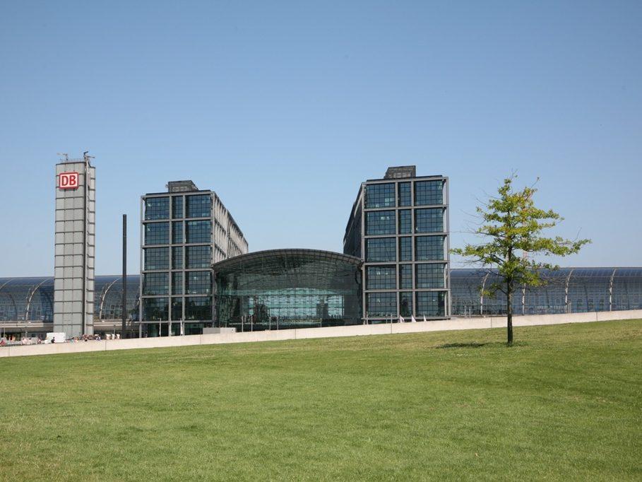 Der Hauptbahnhof wurde mit einer Milliarde Euro deutlich teurer als geplant und nur mit verkürztem Dach realisiert.