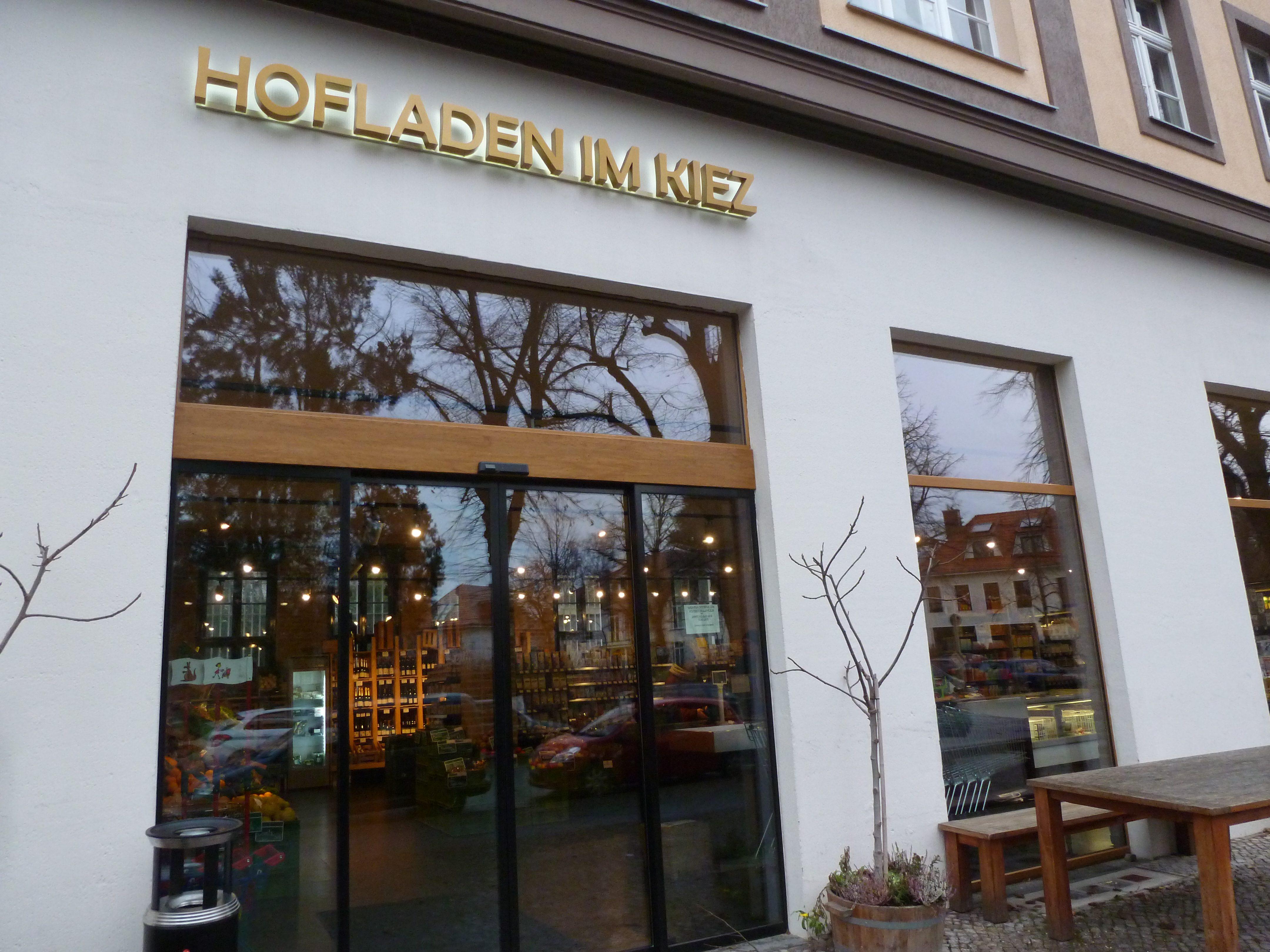 Hofladen im Kiez: Hier kauft Kristin Meyer mit Vorliebe ein oder nascht eine Nussecke im integrierten Café des Bioladens.