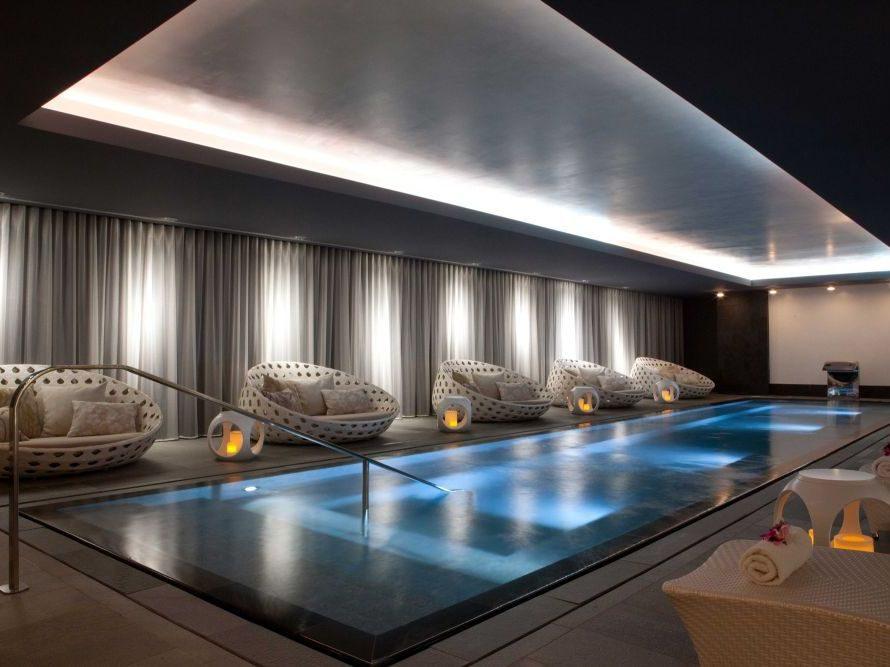 Herzstück des Spas: der Hydrotherapie-Pool, umgeben von großen Day Beds.