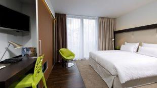 """Das Doppelzimmer """"pure"""" (ca. 90 bis 110 Euro/pro Nacht) ist hell und klar - mit ein paar Farbtupfern - gestaltet."""