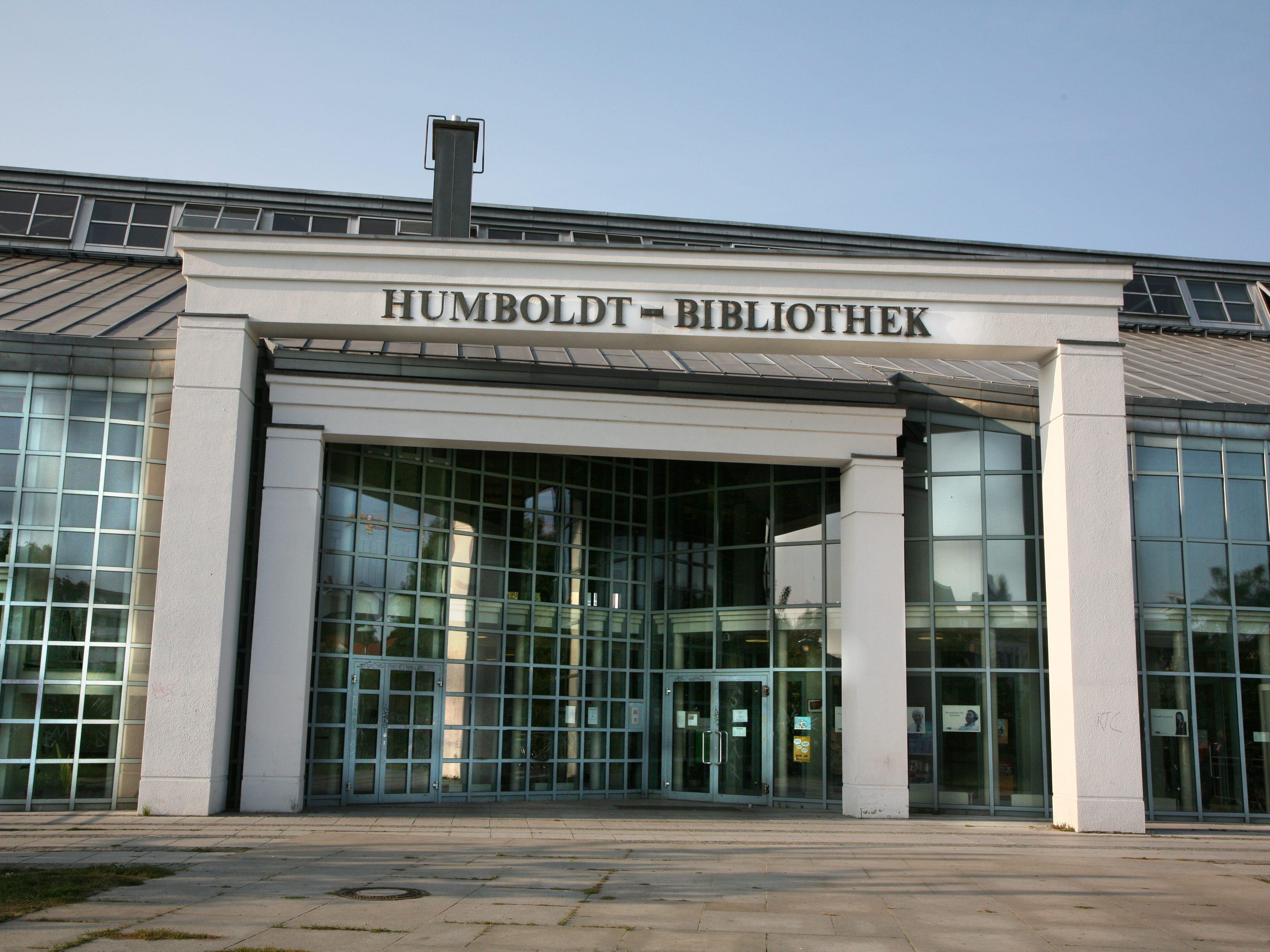 Der Eingang der architektonisch interessanten Humboldt-Bibliothek in Reinickendorf
