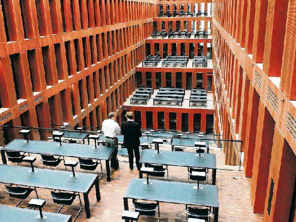 Das Jacob- und-Wilhelm-Grimm-Zentrum: Wer Literatur aus unterschiedlichen Fächern sucht, muss nicht die Bibliothek wechseln, sondern maximal das Stockwerk.