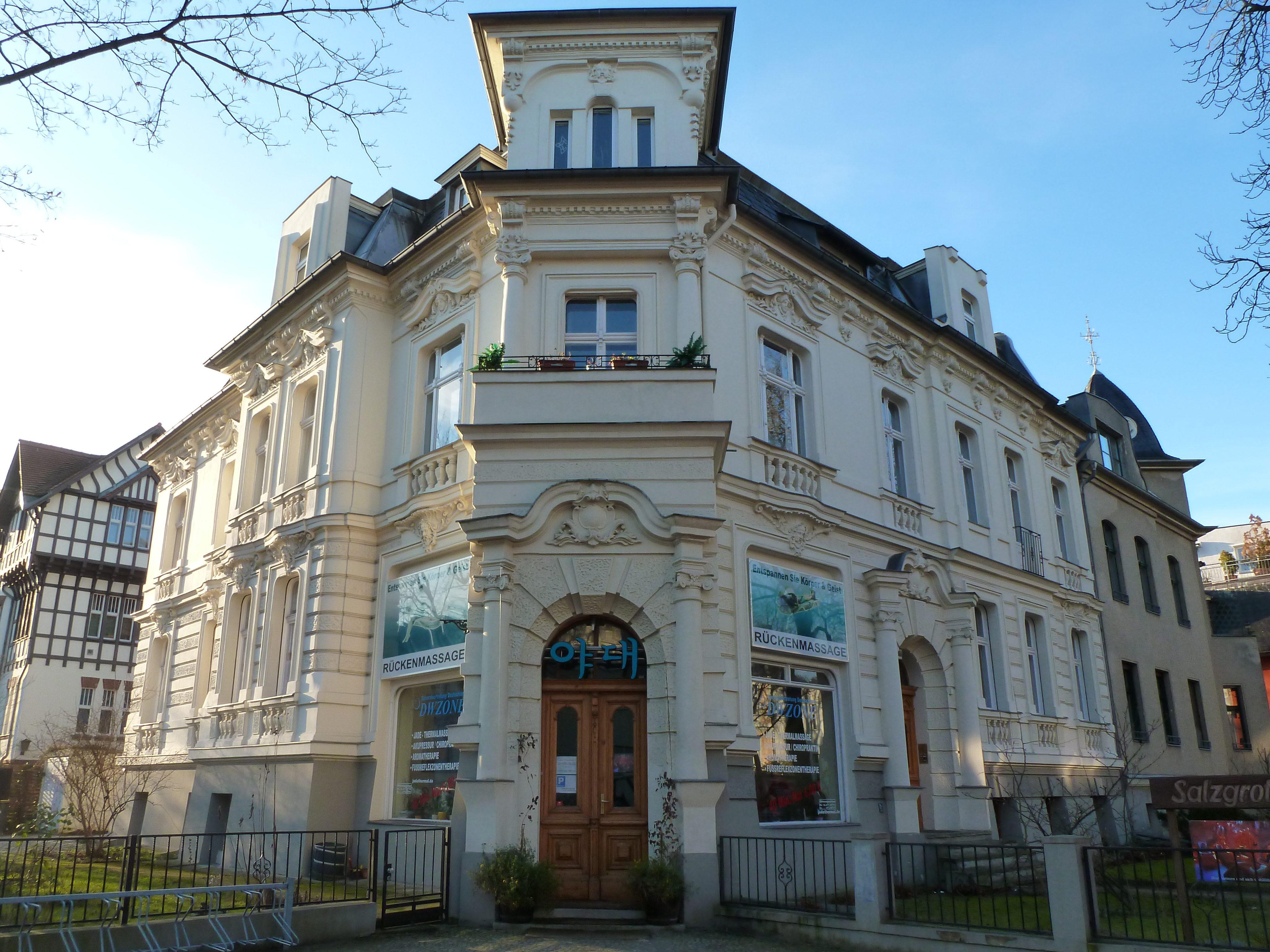 Das Jadehaus in Lichterfelde: Hinter der schicken Fassade sorgen Massagen und eine Salzgrotte für Entspannung und Wohlbefinden.