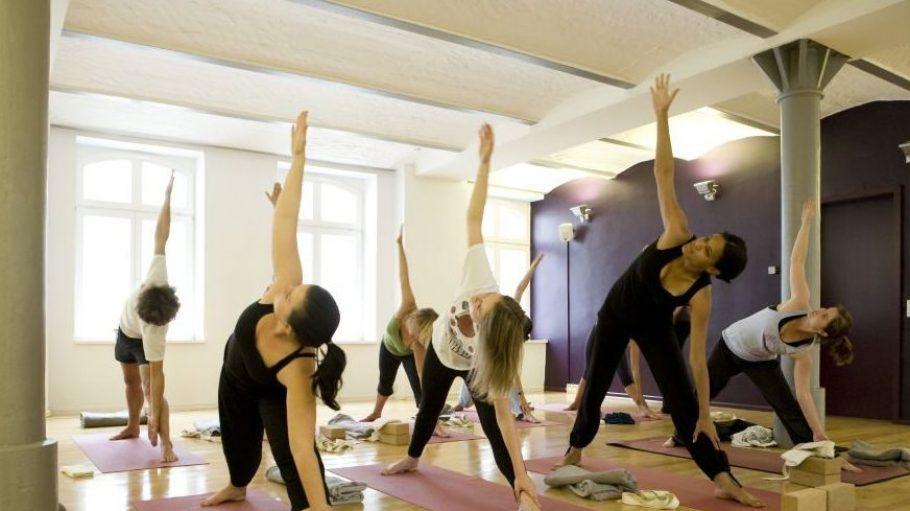 Die Klassen im Jivamukti Center finden auf Deutsch oder Englisch statt. Neben dem Studio in Mitte hat im September 2011 auch noch eines in Kreuzberg eröffnet.