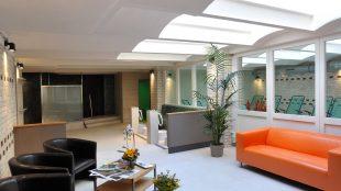 Der Lounge-Bereich mit Oberlicht.