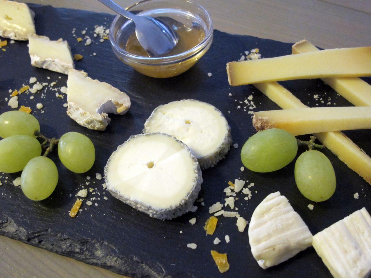 Zum Anbeißen: die kleine Käseplatte mit Parmesankrümeln.