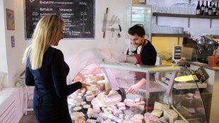 Schwierige Entscheidung: In der Käserie gibt es rund 50 Käsesorten aus ganz Frankreich.