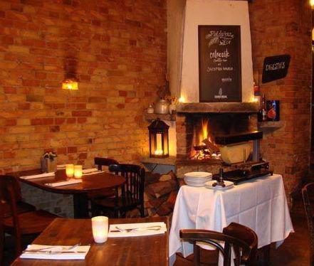 Ein Blick in die Flammen im La Raclette beruhigt. Wir verraten euch Orte mit Kamin in Berlin.