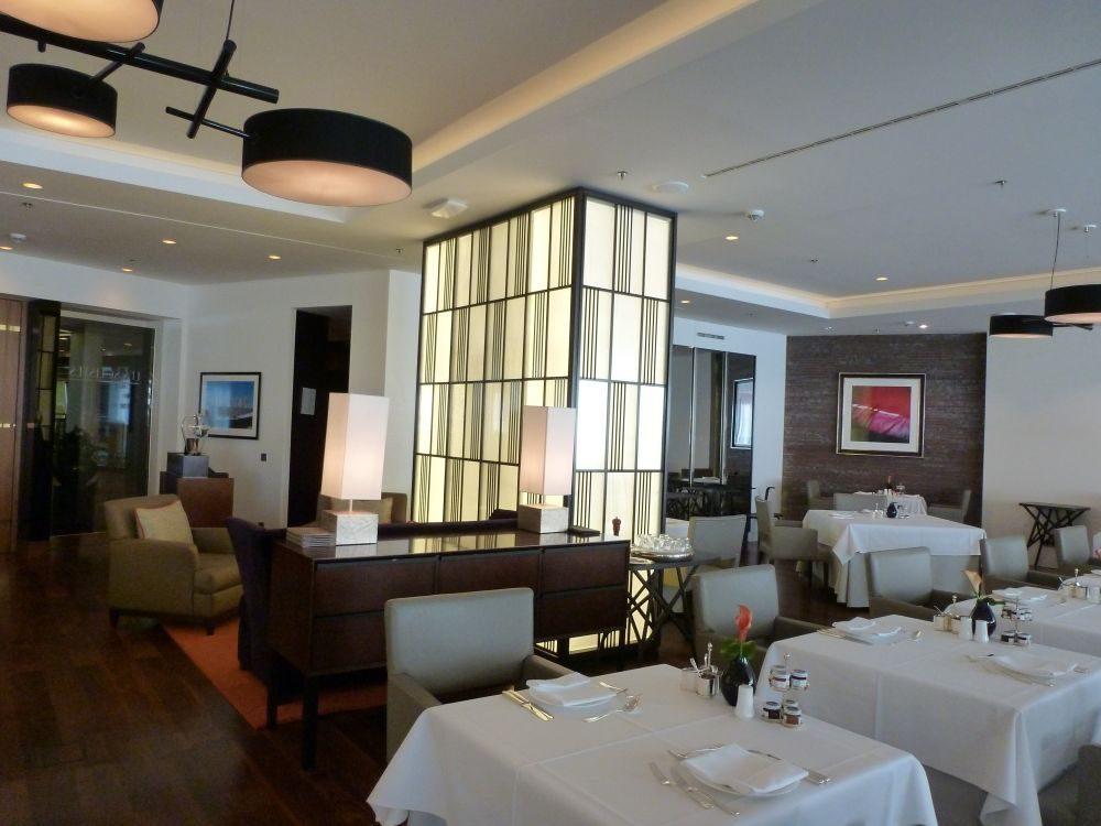 Das Gourmetrestaurant - ebenfalls mit Art-Déco-Elementen und edelsten Materialien ausgestattet - wurde vom Franzosen Pierre Gagnaire (insgesamt 11 Michelin-Sterne) erschaffen. Entsprechend kommt klassisch französische Cusine mit modernen Elementen auf den Tisch.