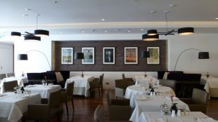 Das Sterne-Restaurant Les Solistes by Pierre Gagnaire, hier noch mit den Frühstückstischen eingedeckt, sonst dominieren die gemütlichen lilafarbenen Couches, befindet sich im ersten Stock.