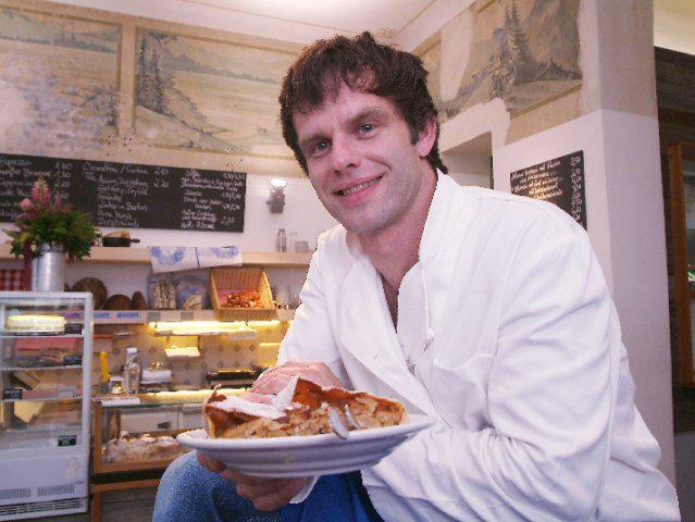 Bernd Meier kredenzt in seiner Meierei frischen Apfelstrudel.