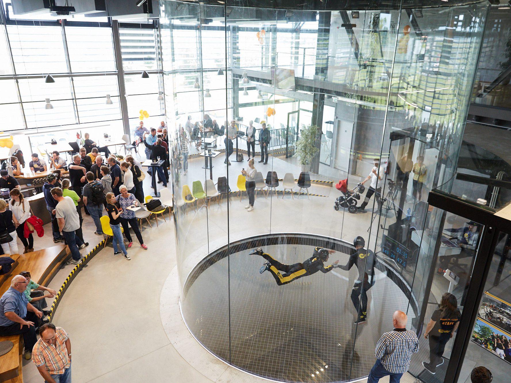 Der rundum verglaste Flugzylinder in der Hurricane Factory ermöglicht es Zuschauern direkt bei der Action dabei zu sein.