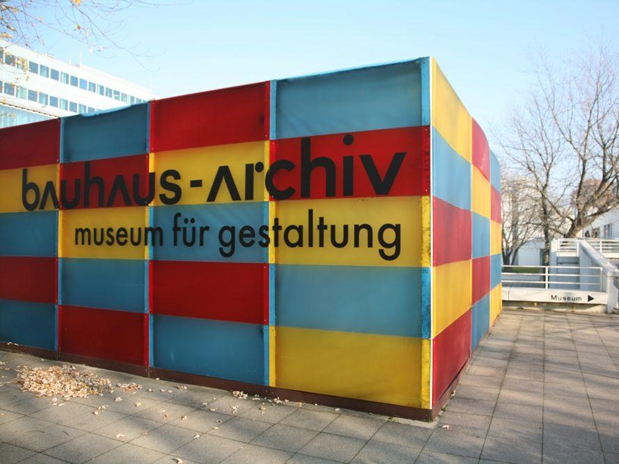 Das Museum für Gestaltung bietet einen Abriss der Geschichte des Bauhauses von 1919 bis 1933. Alles rund um die bedeutende Schule für Architektur, Design und Kunst findet sich im Bauhaus-Archiv in geballter Form. Darunter sind Dokumente, Möbel, Keramik und Plastiken.