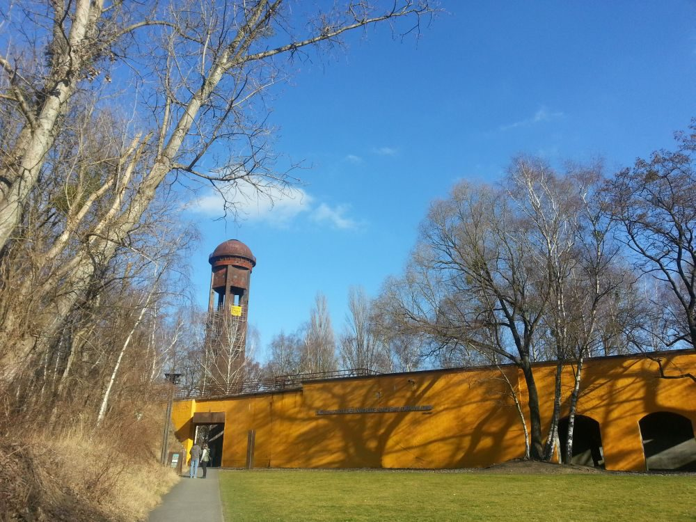 Grün sicher noch eine ganze Ecke schöner, aber auch im Winter einen Besuch wert: der Natur-Park Schöneberger Südgelände. Weithin sichtbar ist der 50 Meter hohe Wasserturm des ehemaligen Bahnbetriebswerks. Er gilt auch als Wahrzeichen des Parks.