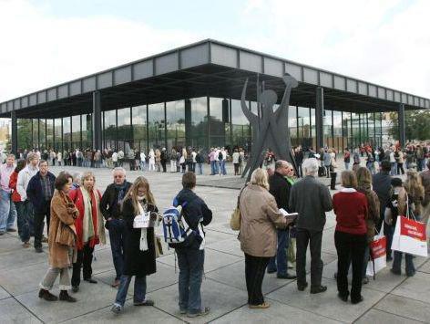 Ein bekanntes Bild: Besucher der Neuen Nationalgalerie scheinen sich in schier endlosen Schlangen geradezu um das Gebäude herumzuwickeln. Da hat wohl wieder einmal eine neue Ausstellung eröffnet.