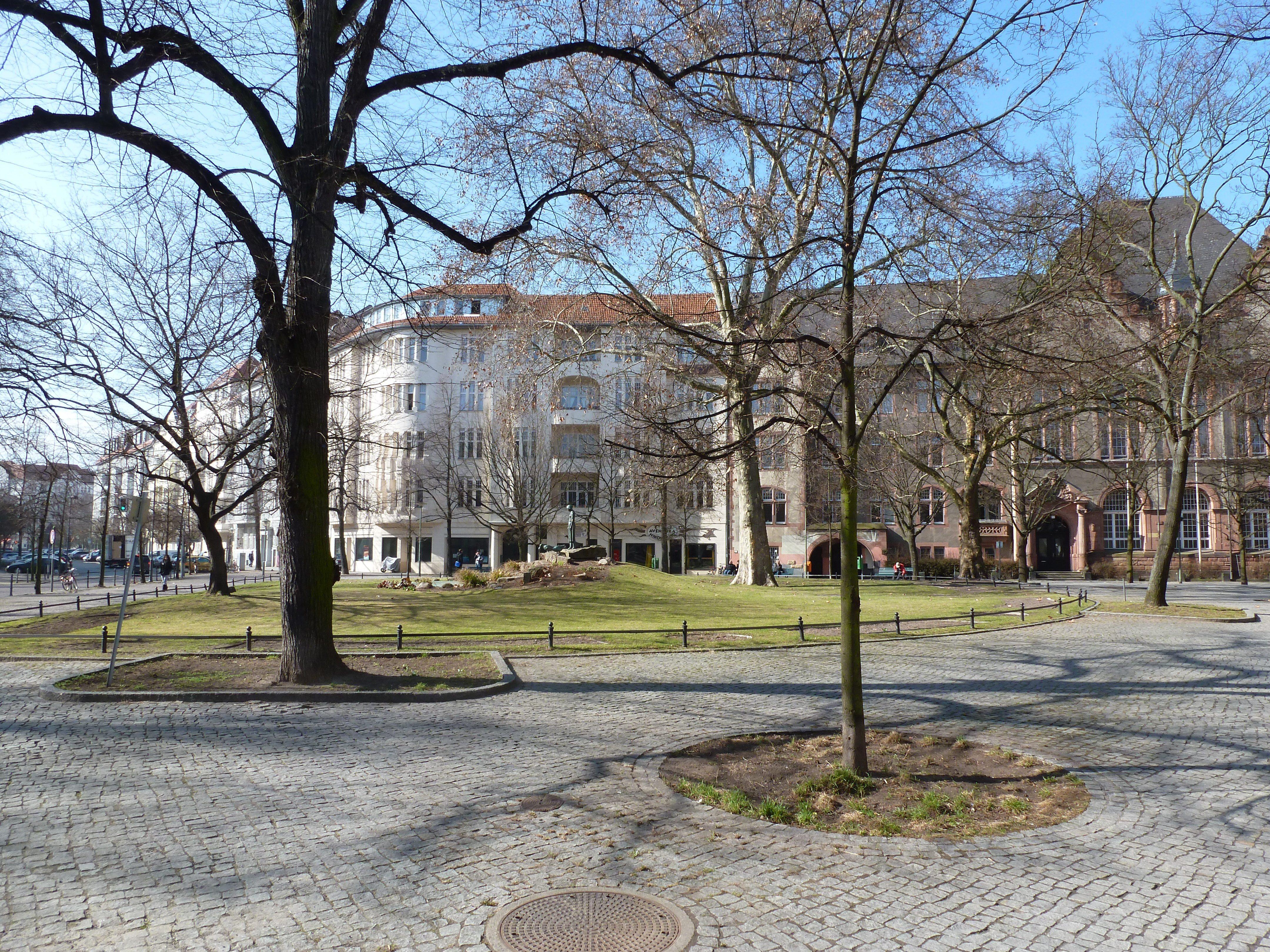 Der Nikolsburger Platz mit der Cecilien-Schule im Hintergrund, stellt einen Mittelpunkt des kleinen Kiezes dar. Hier kann man in den warmen Monaten viel Sonne tanken und vertraute Gesichter aus der Nachbarschaft zu einem kleinen Austausch über das Kiezgeschehen animieren.