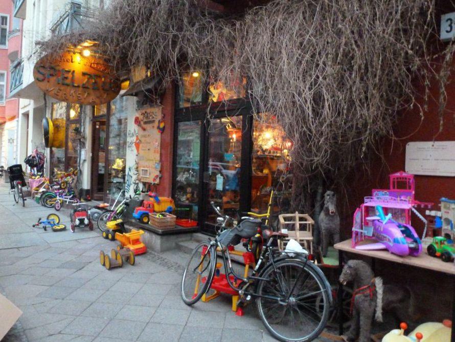 Schon von außen macht der Laden Onkel Philipp's Spielzeugwerkstatt in der Choriner Straße Lust auf mehr.
