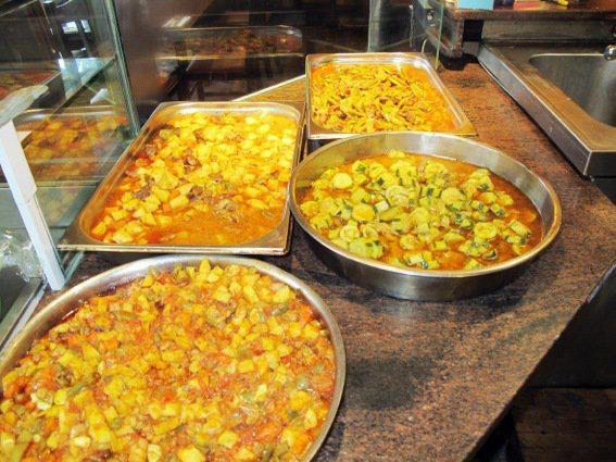 Zu den Spezialitäten im ältesten türkischen Restaurant Berlins zählen bis heute grüne Bohnen mit Lammragout, Kartoffeln mit Rindfleisch oder Hackfleisch mit Gemüse.