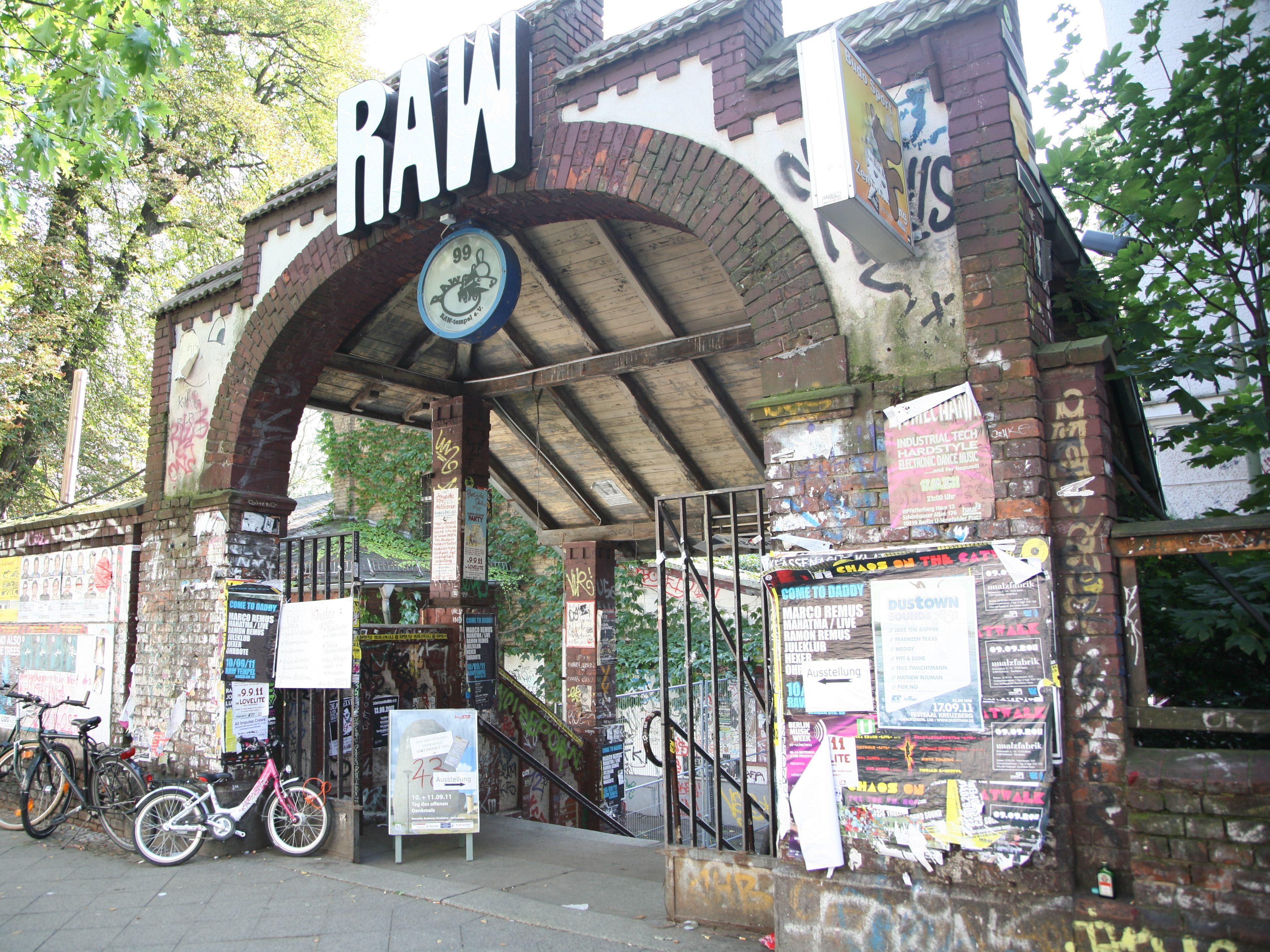 """Ruinenromantik. Im Jahr 1867 wurde hier die """"Königlich-Preußische Eisenbahnhauptwerkstatt"""" eröffnet, die später den Namen Reichsbahnausbesserungswerkstatt (RAW) bekam."""