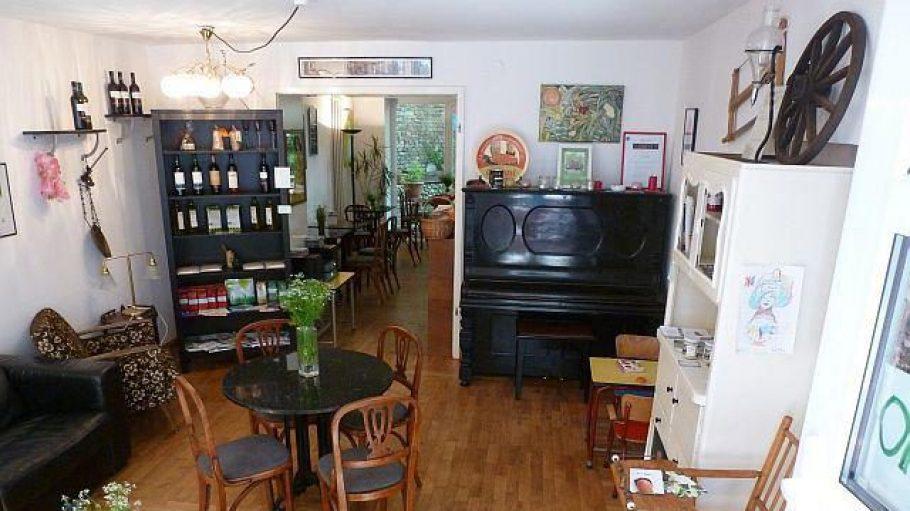 Rein ins Café Botanico: erstmal gehts runter, geradeaus wartet eine kleine aber feine Sonnenterrasse. Und rechts kann man in einer offenen Küche den Köchen und Konditoren bei der Arbeit zusehen.