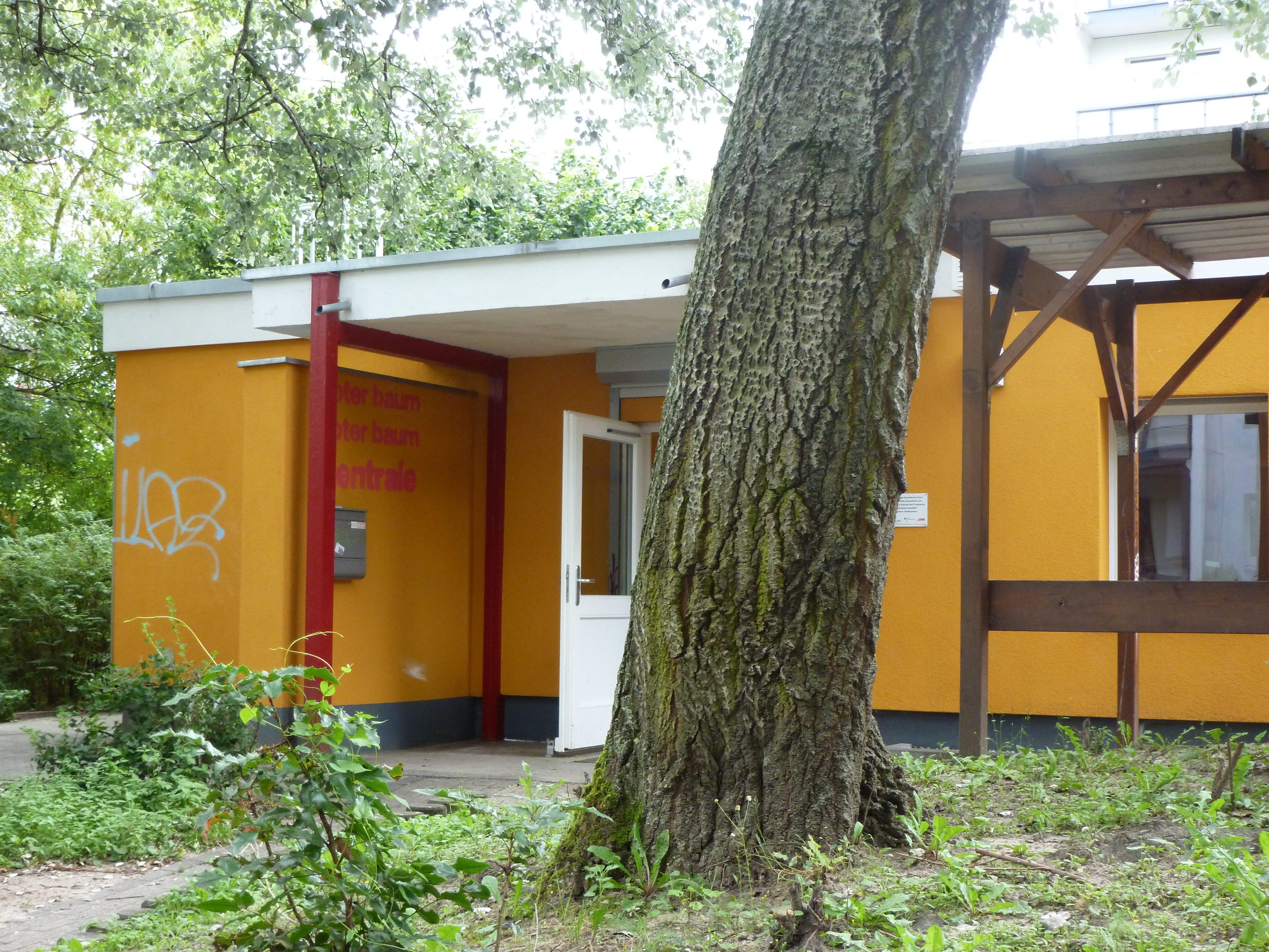 Mitten im Hellersdorfer Wohngebiet - und dennoch im Grünen - liegt die Zentrale der gemeinnützigen Roter Baum Berlin Unternehmergesellschaft.