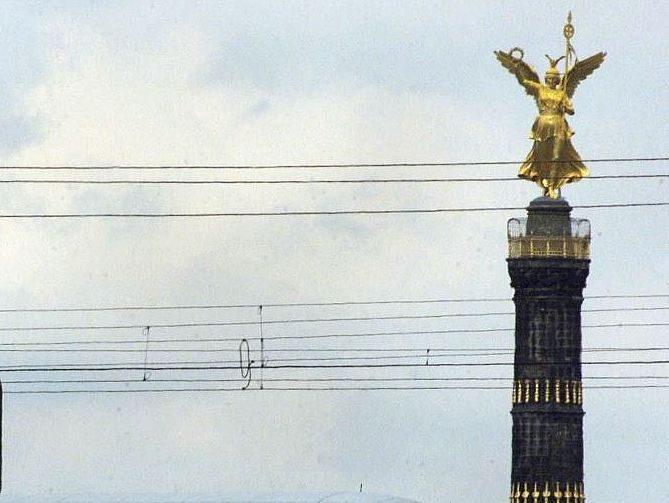 Am Rand des Großen Tiergartens, nördlich der berühmten Straße des 17.Juni, befindet sich der S-Bahnhof Tiergarten.