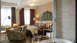 Die Big Suite: Vor allem die schweren Sessel laden zum Chillen ein und eine frei stehende Badewanne hätten wir auch gern.