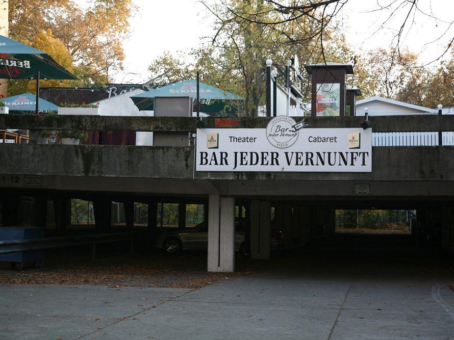Comedy und Chansons, Kleinkunst und Kabarett zeichnen das Programm in der Bar jeder Vernunft in Wilmersdorf aus. Der Festsaal im Spiegelzelt weckt Erinnerungen an das Berliner Nachtleben der Goldenen Zwanziger.