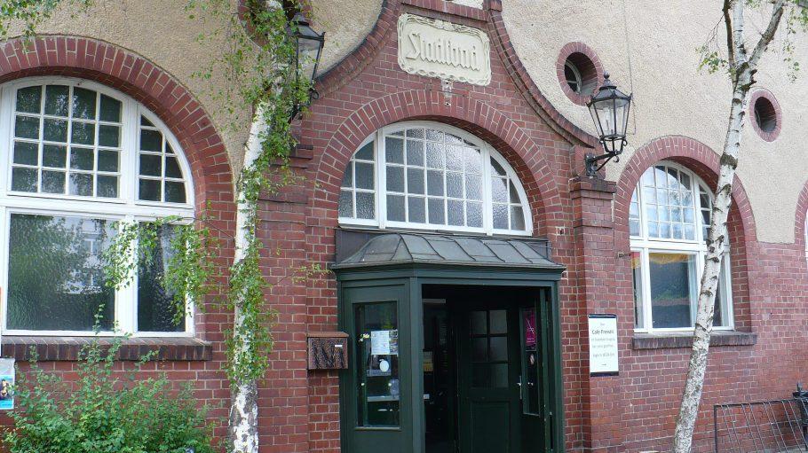 Nur herein: Im Stadtbad Steglitz finden regelmäßig Kulturveranstaltungen statt.