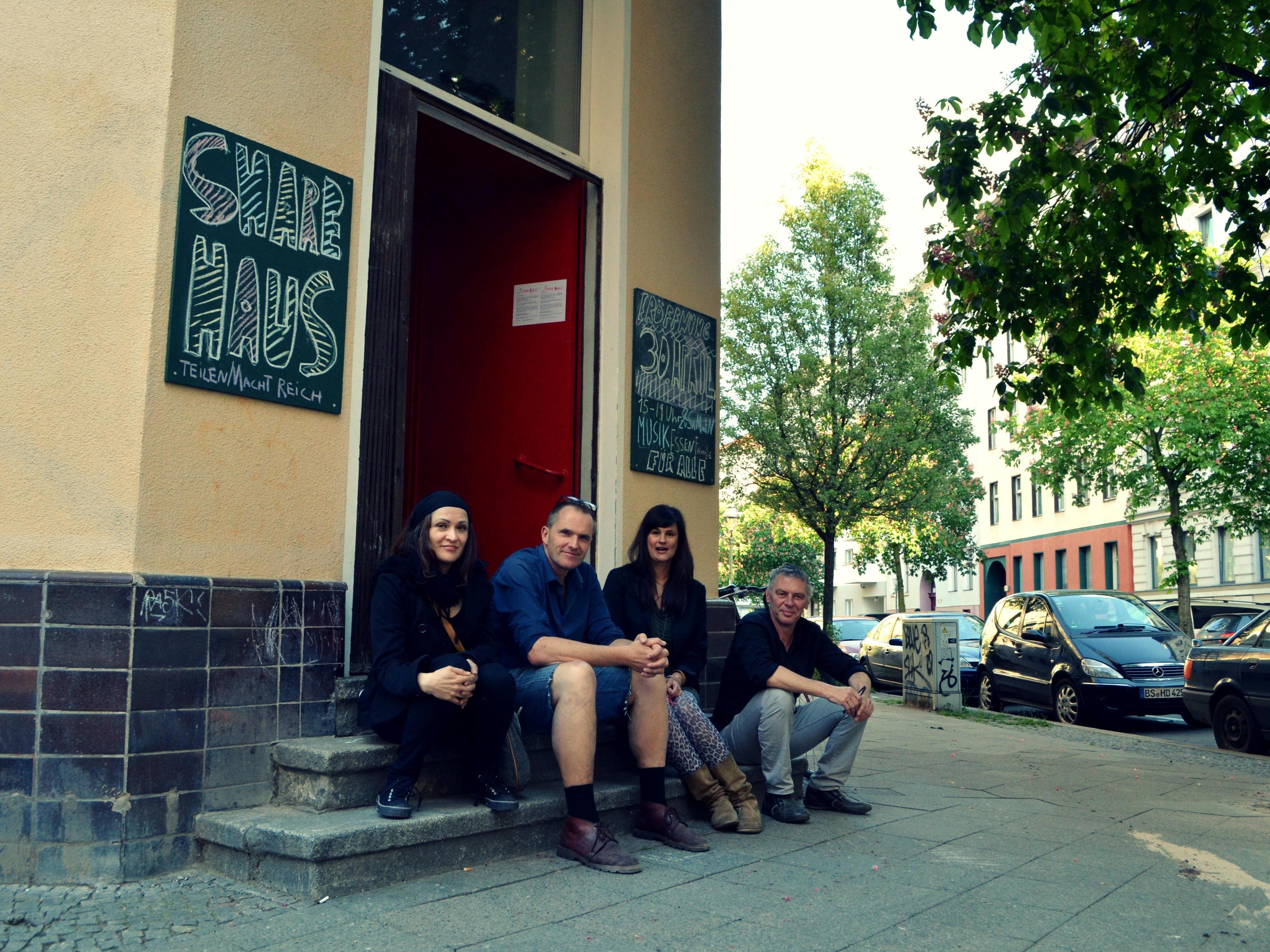 Sven Lager (2. v. l.) ist eigentlich Schriftsteller. Mit dem Sharehouse wollen er und seine Frau einen Ort des Teilens schaffen. Café inklusive. Hier sitzt er mit einigen Helfern beisammen.