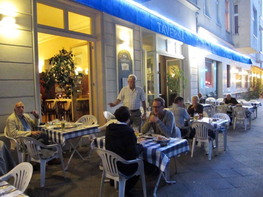 In der Taverna wird auch gerne draußen gespeist.