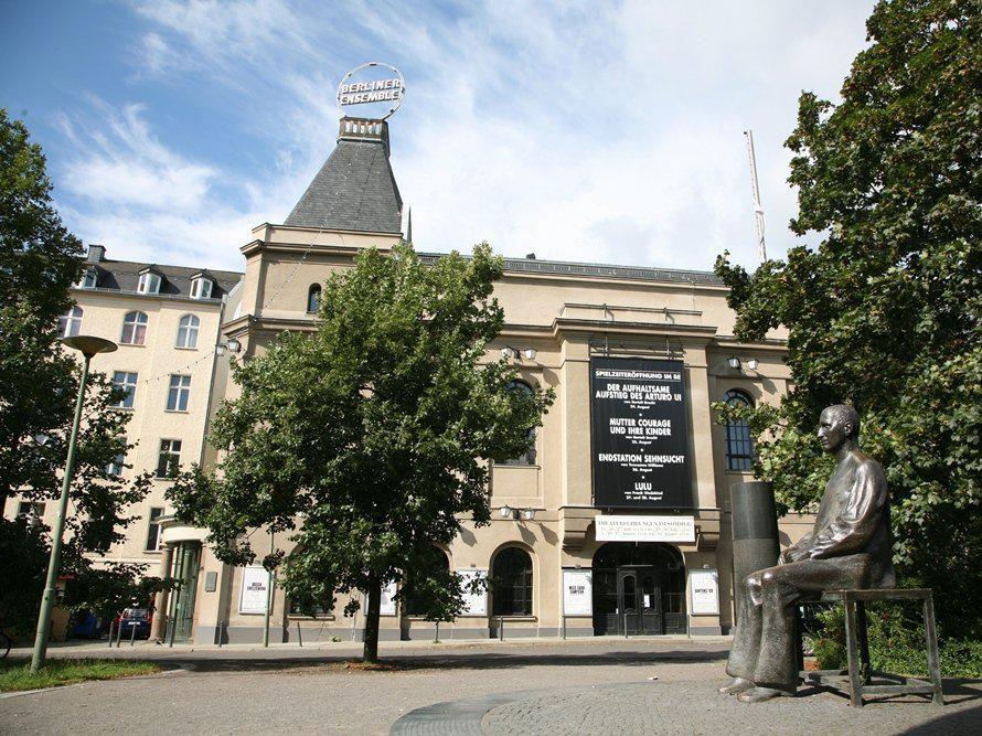 Am Schiffbauerdamm befindet sich das Theaterhaus Berliner Ensemble. Bereits 1892 hat das Haus - damals noch als Neues Theater - seine Pforten geöffnet.