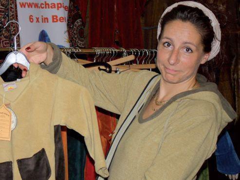 Fair hergestellte Mode muss nicht teuer sein. Tiriki-Inhaberin Daniela Tübel zeigt eines ihrer Stücke.