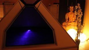 Wer sich schon immer einmal in einer Pyramide entspannen wollte, kann es im Tranxx Schwebebad ausprobieren.