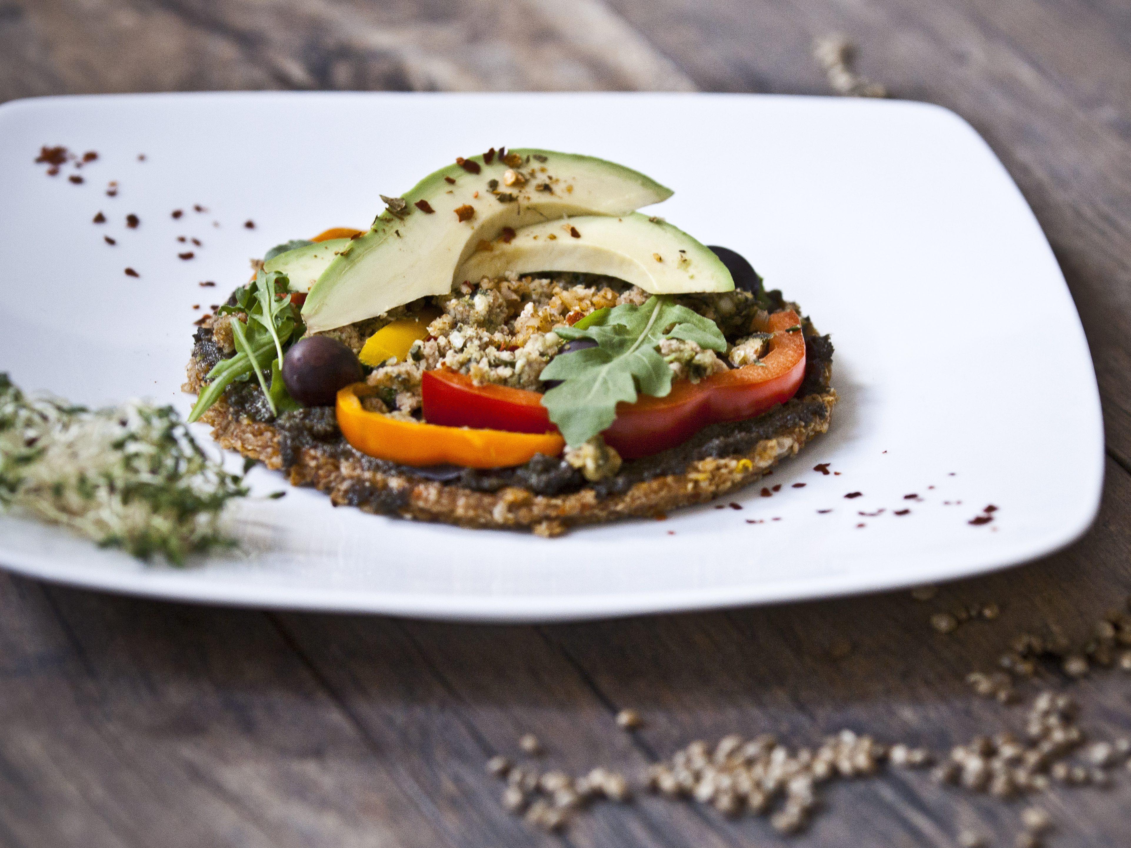 Dieses vegane Sandwich kommt mit Avocado auf den Tisch. Haben kannst du das im Restaurant Rawtastic. Aber es gibt noch mehr tolle vegane Adressen in Berlin ...