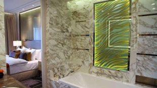 Luxusschlafzimmer mit Marmorbad: Den Gästen im künftigen Waldorf-Astoria-Hotel im Zoofenster wird es an nichts fehlen.