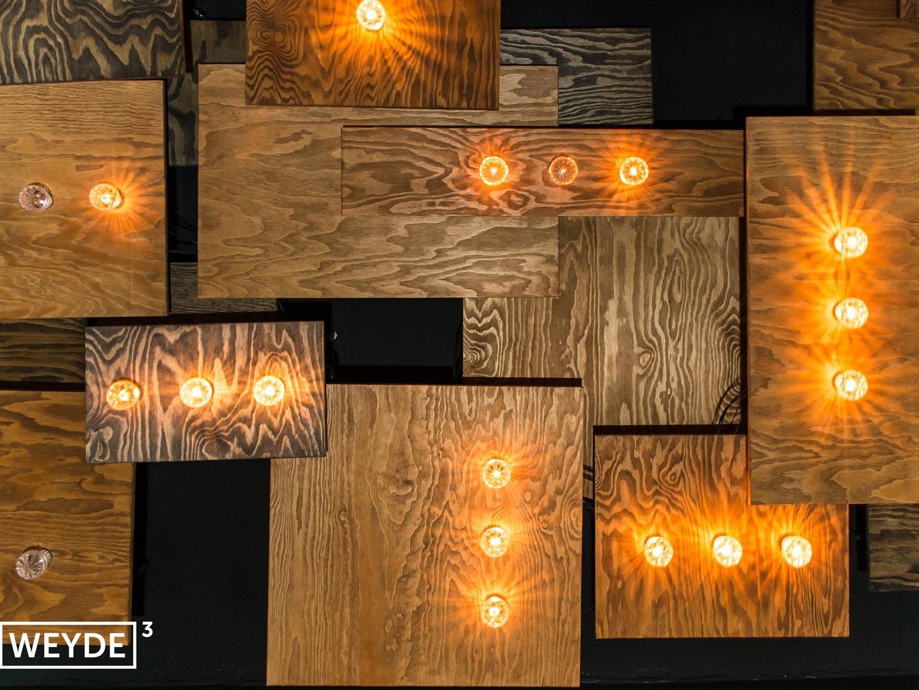 Diese viereckigen Holzlampen gehören zur Weyde³. Der Club in Oberschöneweide wird dieses Wochenende eingetanzt.