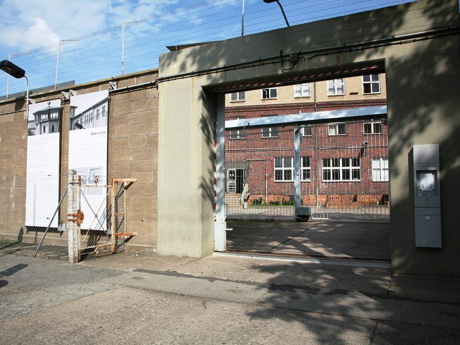 Hier in Alt-Hohenschönhausen befand sich früher die zentrale Untersuchungshaftanstalt des Ministeriums für staatssicherheit. Die Gedenkstätte besteht seit 1994, um die Geschichte der Haftanstalt aufzuarbeiten und regt zur Reflexion der kommunistische Diktatur an.
