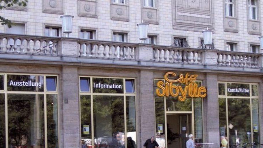 Das Café Sibylle in Friedrichshain befindet sich in der Karl-Marx-Allee 72.