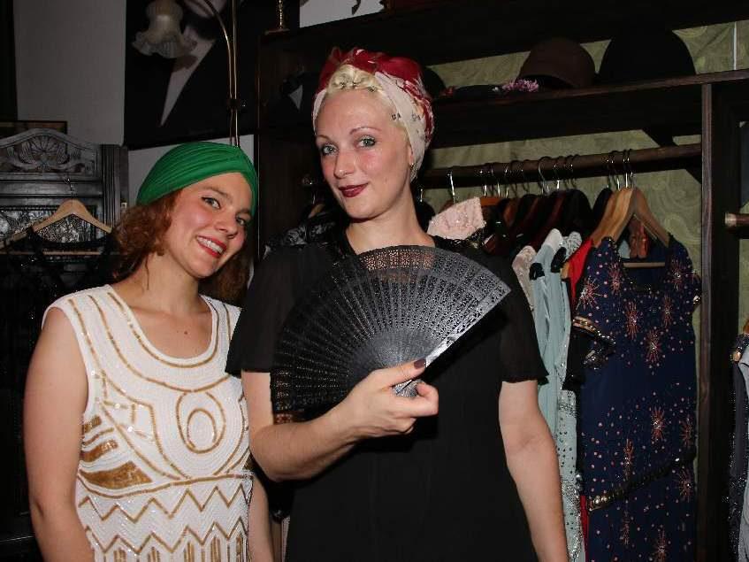 Ziemlich authentisch: Tilda Knopf (l.) und Else Edelstahl vom neuen Kostümverleih Le Boudoir.