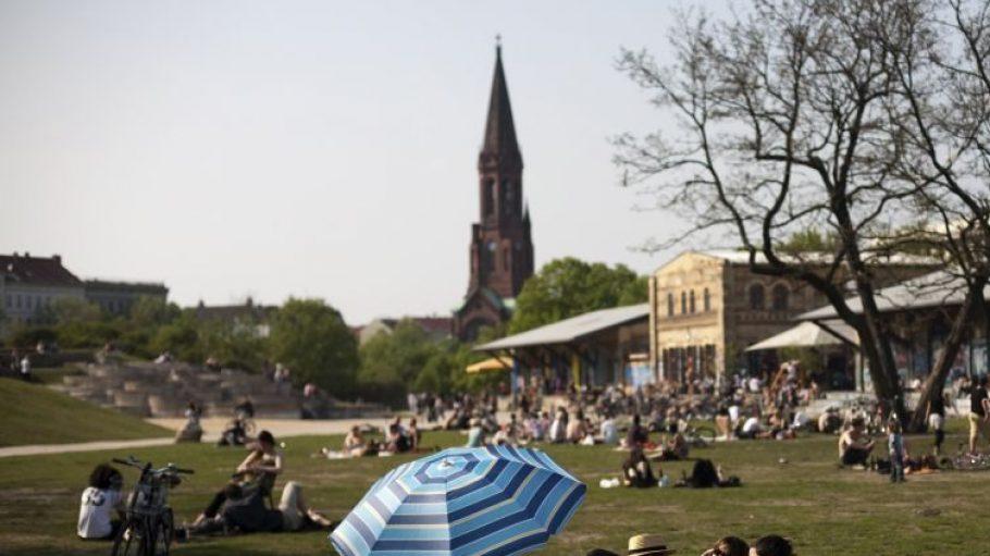 Sobald ein Fünkchen Sonne den Görlitzer Park erhellt, sind die Besucher zur Stelle. Der Park mitten in Kreuzberg ist sehr beliebt.