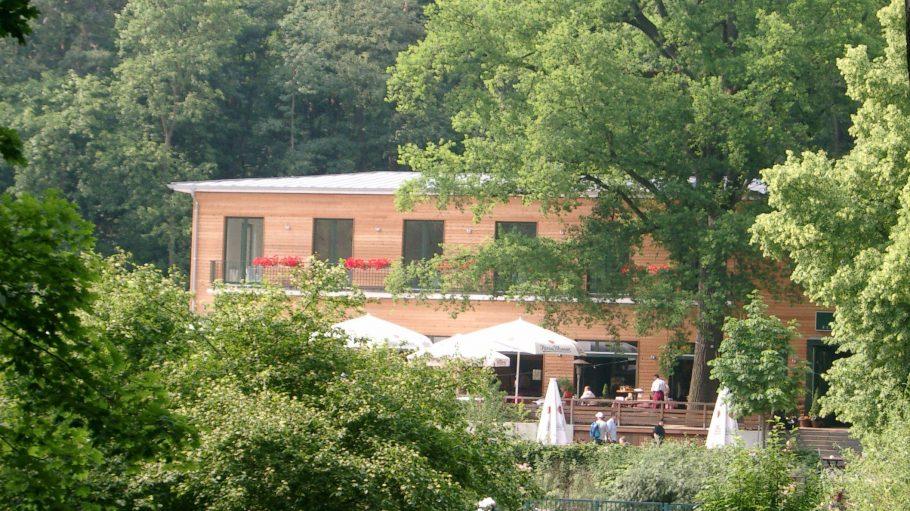 Restaurant und Biergarten: Die Fischerhütte am Ufer des grünen Schlachtensees