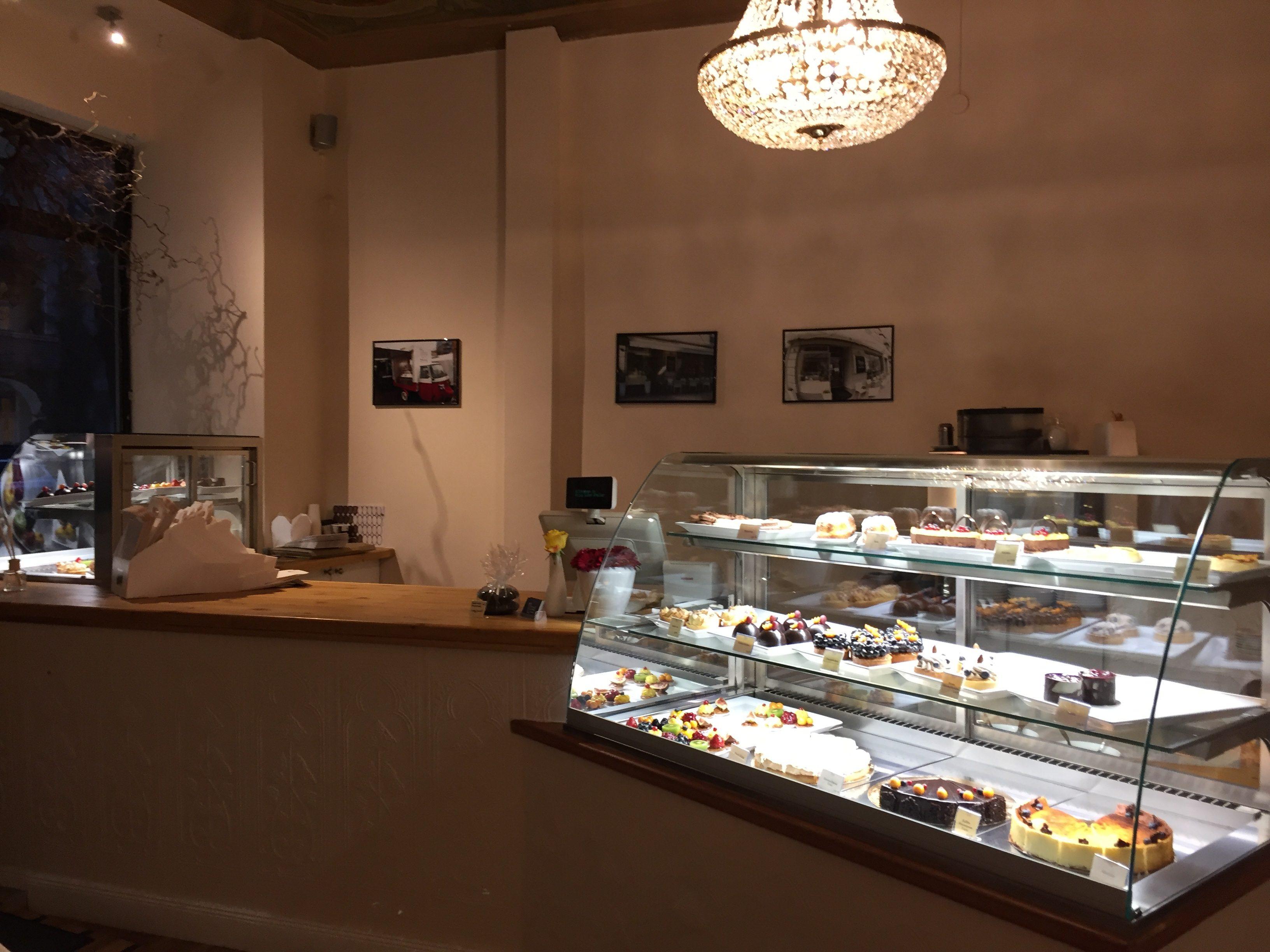 Süßer Thekenzauber: Schmackhafte Petits Fours, köstliche Macarons und verführerische Torten begrüßen die Gäste schon im Eingangsbereich von Nicos.